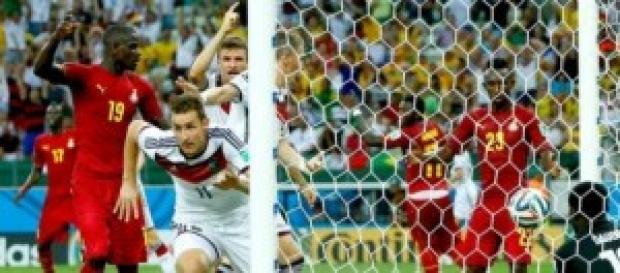Miroslav Klose anota el 2-2. Foto: actualidades.es