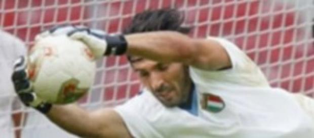 Gigi Buffon in un'azione di gioco