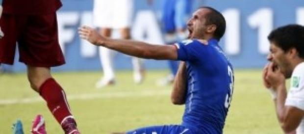 Chiellini se queja del mordisco de Suárez