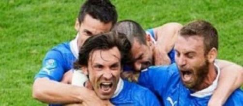 Pirlo festeggiato dai compagni dopo un gol.