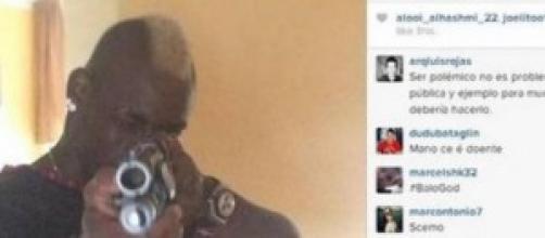 Mario Balotelli, scandalo foto social con fucile