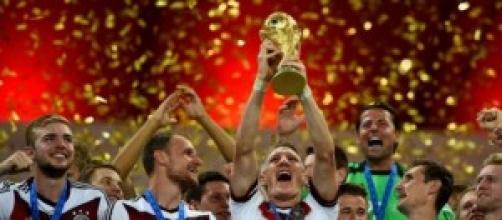 La selección alemana levantando el trofeo