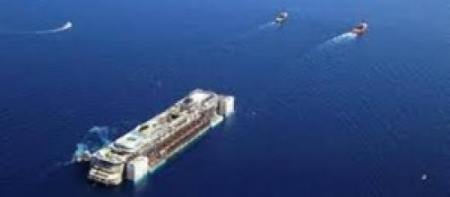 la Costa Concordia rimorchiata verso genova