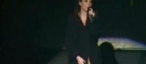Laura Pausini senza veli e senza slip al concerto