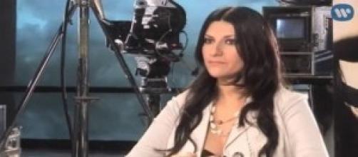 Siparietto hot in concerto per Laura Pausini