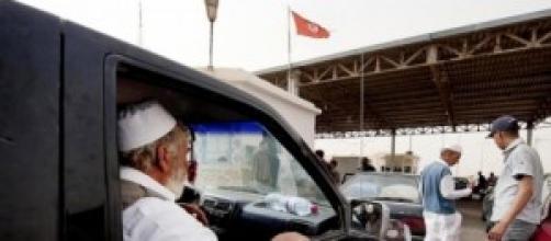 Un réfugié libyen au point de passage de Ras Jdir
