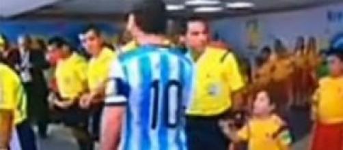 Messi snobba un bambino che vuole salutarlo