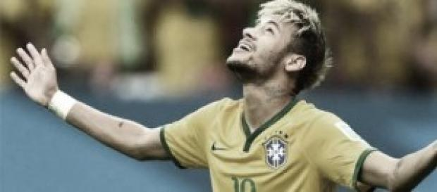 Neymar Jr mira al cielo durante un partido