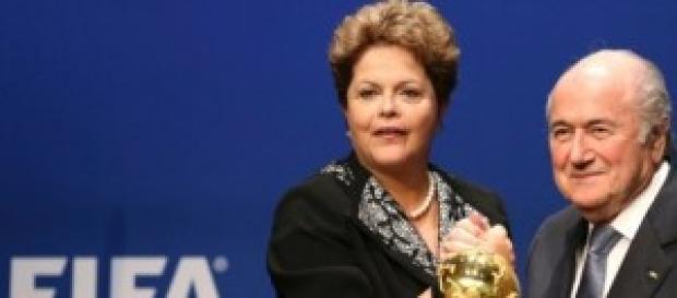 Dilma e Blatter no sorteio das chaves de grupos.