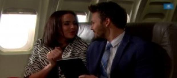 Liam e Ivy in aereo, dietro c'è Quinn