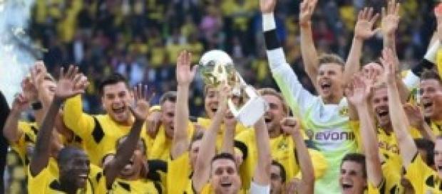 El Dortmund alzando el trofeo