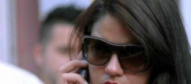 Joven cubana habla por su celular