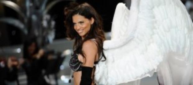 Adriana Lima en 2008, luciendo sus alas.