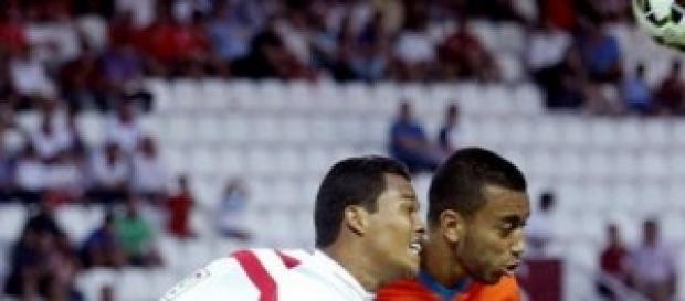 Carlos Bacca del Sevilla Fc pelea un balón aéreo