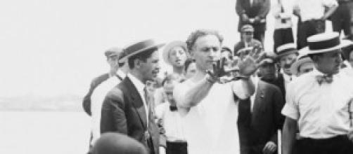 Houdini asombrando a sus seguidores.