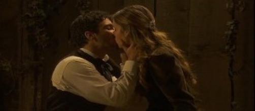 Juan e Soledad si baciano