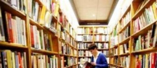 Imagem de estudante em biblioteca