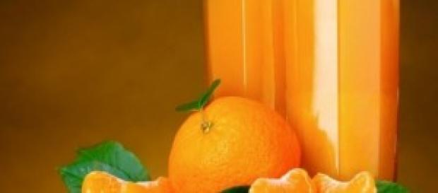 Rico zumo de naranjas recién exprimidas