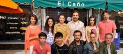 Los actores de la serie frente al Bar El Caño
