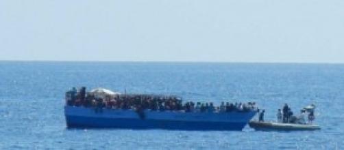 tragedia immigrazione affonda barcone, 26 morti