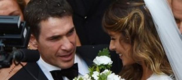 Elisabetta Canalis molto sorridente con il marito