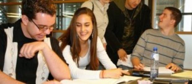 Imagem de jovens estudando (Wikipedia)