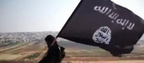 Miliziano dell' Isis con la bandiera