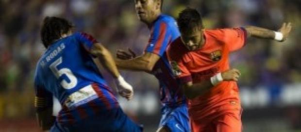 Neymar, ante dos defensas. Foto: Mundo Deportivo