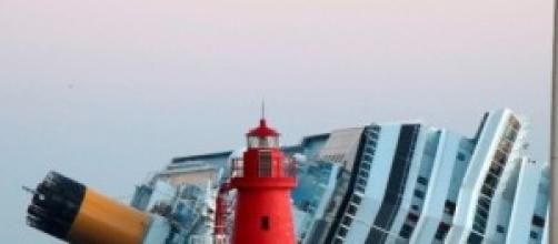 La Costa Concordia su un fianco