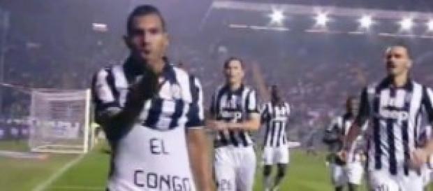 Atalanta-Juve, Tevez esulta dopo il gol.