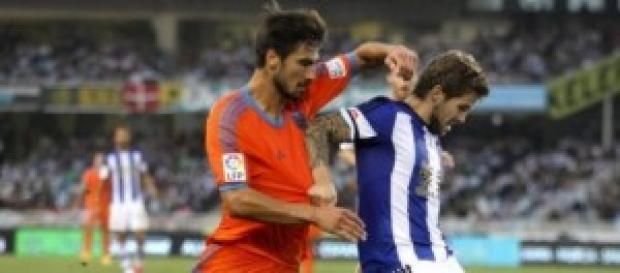 André Gomes pelea un balón