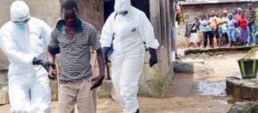 Un paziente infetto è allontanato dal villaggio