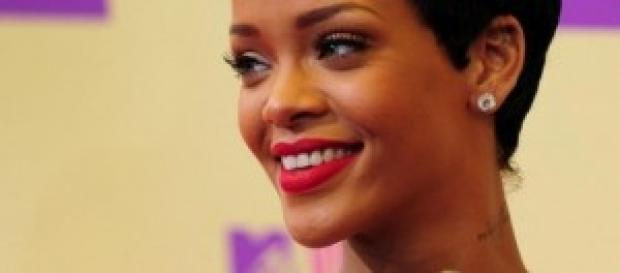 Imagen de la cantante Rihanna luciendo uñas