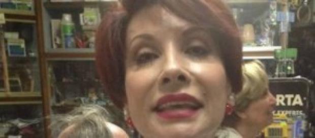 Alda D'Eusanio su Facebook con coltello sulla gola
