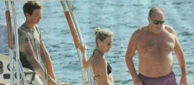 Gerry Scotti in vacanza, in barca con la famiglia