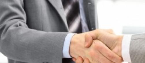 Contrato finalizado entre dos empresarios.