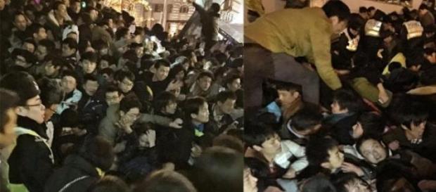 Multidão esmagada em plena praça