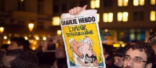 Manifestante muestra gran portada del 'Charlie'