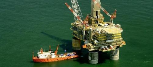 Preço do petróleo continua a afundar