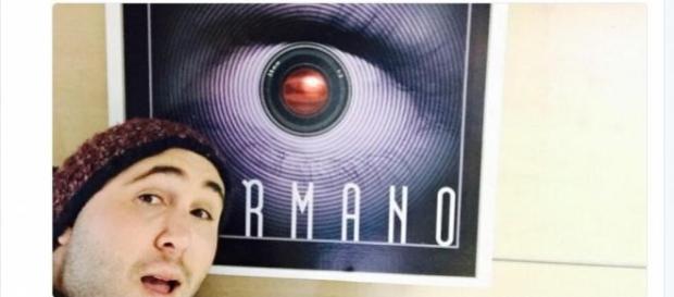 Kiko Rivera delante de un cartel de Gran Hermano