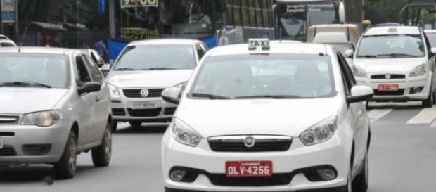 Confronto com perueiros levam taxistas a protesto