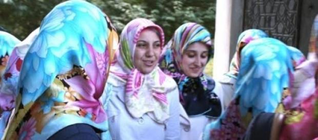 2 junge Muslimas auf den Weg zur Arbeit