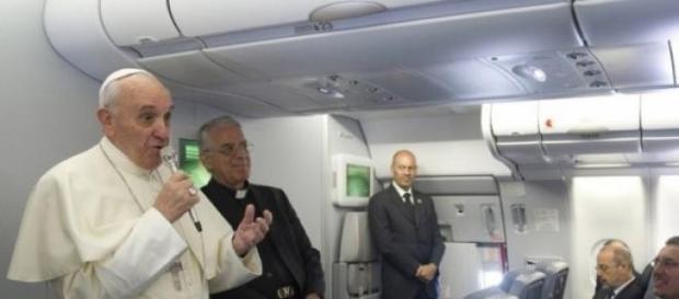 Papa Francesco in aereo parla alla stampa