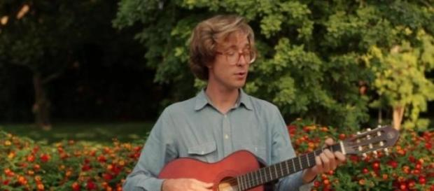 Erlend Oye no videoclipe de uma música.