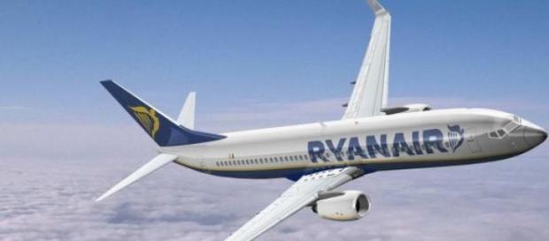 Un aereo Ryanair in volo.