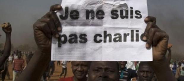 'Eu não sou Charlie', diz cartaz (Foto: Reuters)