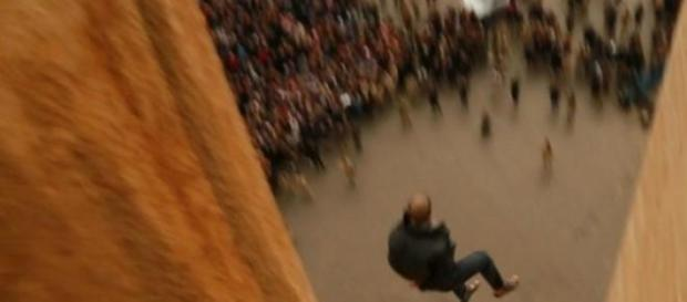 Imagens mostram homens a cair para a morte