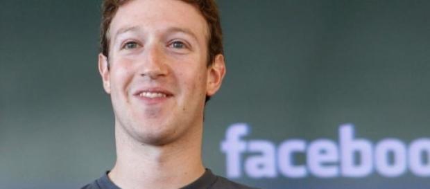 Foto de Mark con su logo de Facebook.