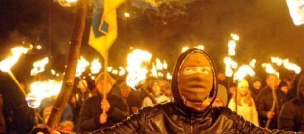 Les ultras nationalistes défilent à Kiev.