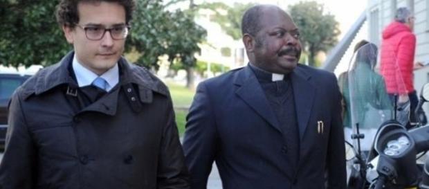 Padre Gratien Alabi con il suo avvocato